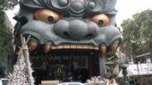 ガバッと口をあける巨大な獅子頭の能舞台「難波八坂神社」【大阪】