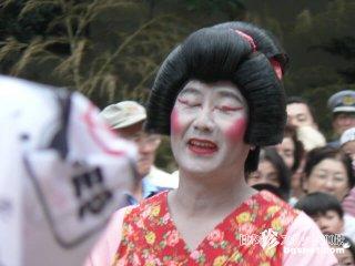 10人の男の娘(?)が踊る、お札争奪合戦「お札まき」【神奈川】