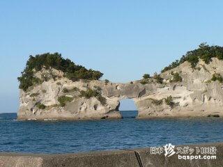 ぽっかり空いた穴から太陽が見える「奇岩(4)円月島」【和歌山】