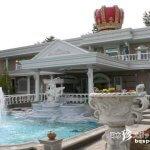 王冠が屋根に乗っかっている白亜の宮殿「河口湖宝石の森」【山梨】