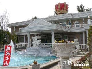 (一時閉館中)王冠が屋根に乗っかっている白亜の宮殿「河口湖宝石の森」【山梨】