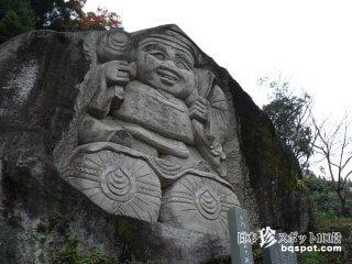 巨大な岩石でできた大黒さまと点在する磨崖仏「功徳院」【大分】