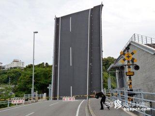 地面に垂直に突き刺さる道路!?「手結港(ていこう)可動橋」【高知】