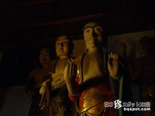 ひとりで歩くのが怖い……等身大の木像五百羅漢「地蔵寺」【徳島】