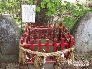 姥ケ懐の鬼伝説! 鬼が手跡が残る石「鬼の手掛け石」【宮城】